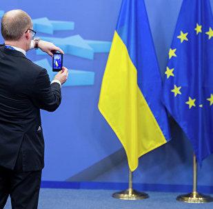 Drapeaux de l'Ukraine et de l'UE