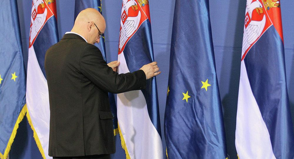 Les drapeaux de la Serbie et de l'UE