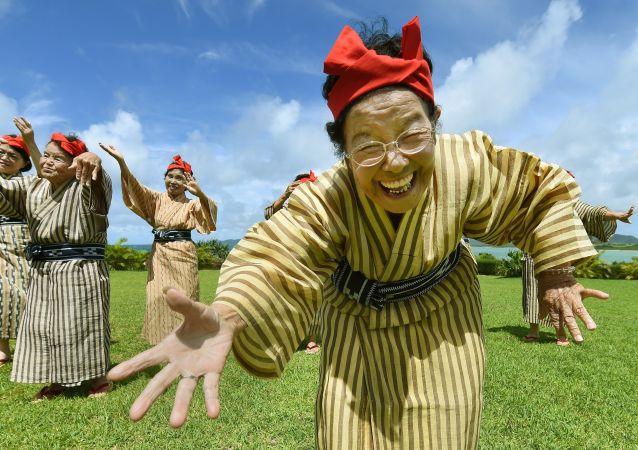 Une femme âgée qui danse