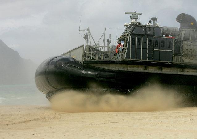 Une embarcation à coussin d'air américaine LCAC