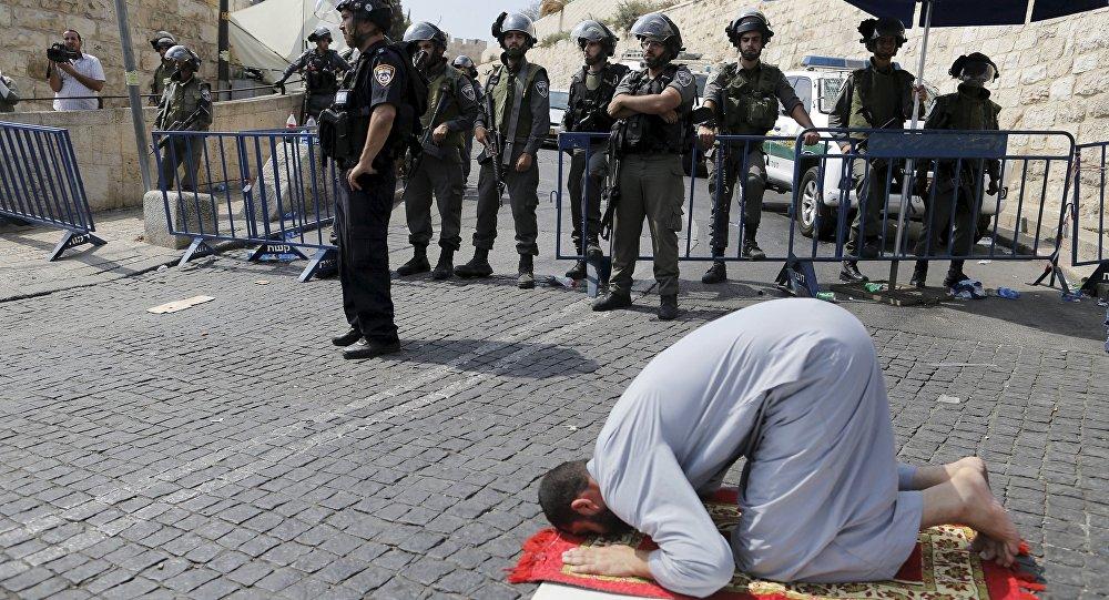Un Palestinien prie aux portes de Jérusalem