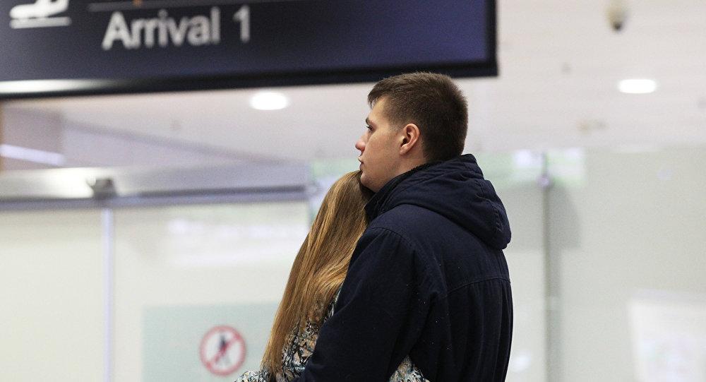 Des proches de passagers du vol 9268 à l'aéroport de Saint-Pétersbourg