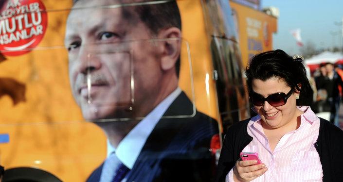 Femme devant un portrait de Recep Tayyip Erdogan