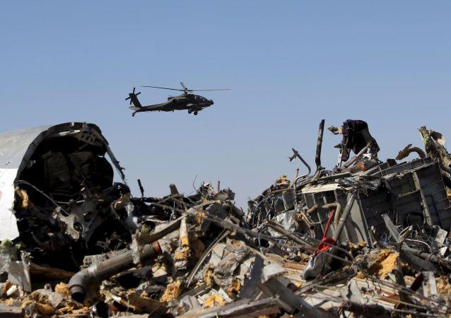 Des enquêteurs militaires russes vérifient des débris de l`avion A321, Egypte, Novembre 1, 2015