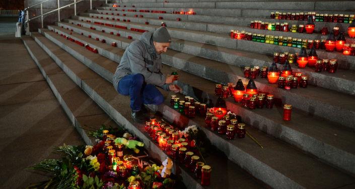 Bougies près de la Cathédrale du Christ-Sauveur de Moscou après le crash de l'Airbus-A321
