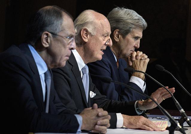 Le chef de la diplomatie russe Sergueï Lavrov, son homologue américain John Kerry et l'envoyé spécial de l'Onu pour la Syrie Staffan de Mistura (au centre) lors de négociations à Vienne le 30 novembre 2015