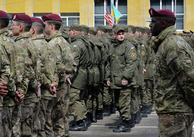Soldats ukrainiens et américains sur le polygone Iavorov