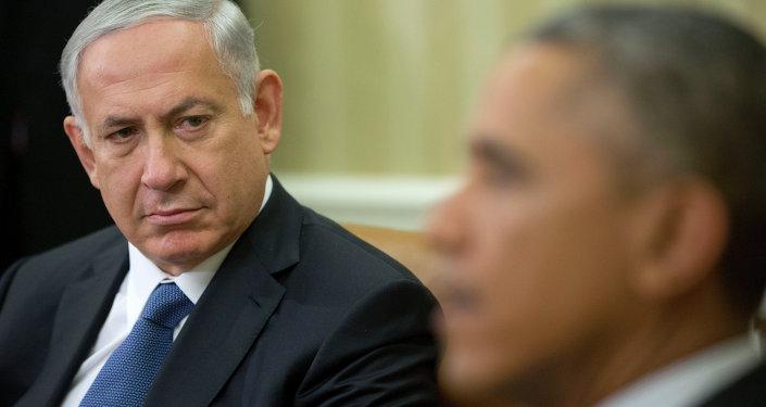Le Premier ministre israélien Benjamin Netanyahu à l'écoute que le président Barack Obama