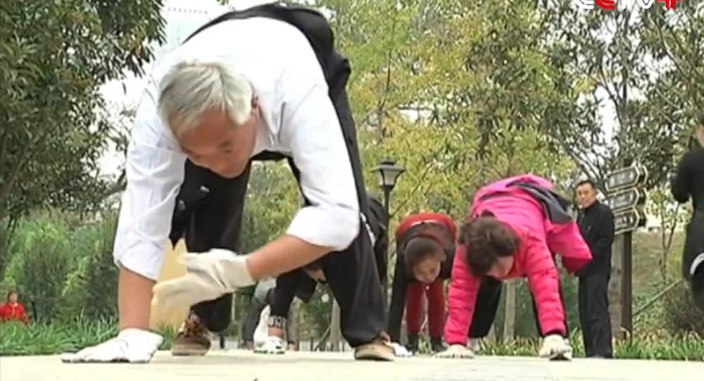 Les Chinois rampent à quatre pattes. Nouveau sport en Chine.
