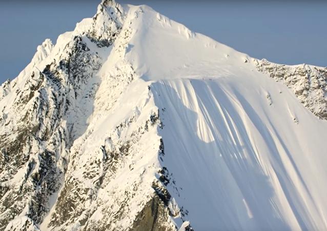 Un skieur survit à une chute de neige en Alaska
