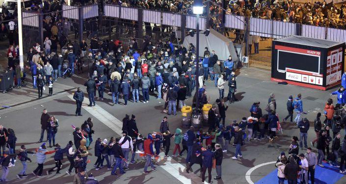 Les fans de football  quittent le Stade, autour de laquelle il y avait des explosions