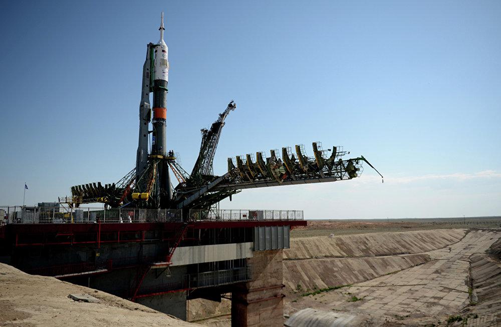 Un lanceur Soyouz-FG installé sur son pas de tir au cosmodrome de Baïkonour