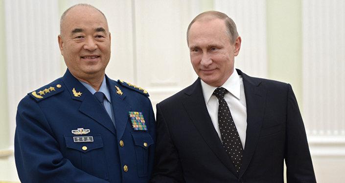 Le président russe Vladimir Poutine et le vice-président de la Commission militaire centrale (CMC) de Chine, Xu Qiliang