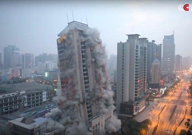 Une tour de 118 m détruite en Chine