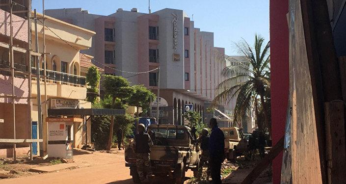 Les troupes maliennes prennent position à l'extérieur de l'hôtel Radisson Blu à Bamako le 20 Novembre, ici à 2015