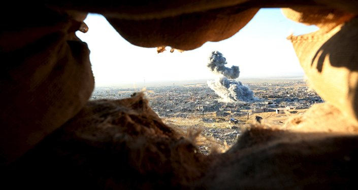 Des nuages de fumée dans la ville de Sinjar, novembre 2015