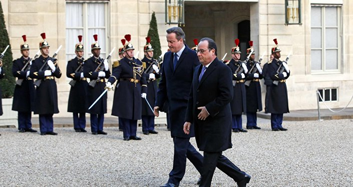 French President Francois Hollande (R) arrives with Britain's Prime Minister David Cameron at the Elysee Palace in Paris, France, November 23, 2015. REUTERS/Eric Gaillard