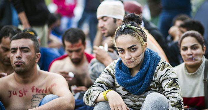 Des migrants se cousent les lèvres en signe de protestation