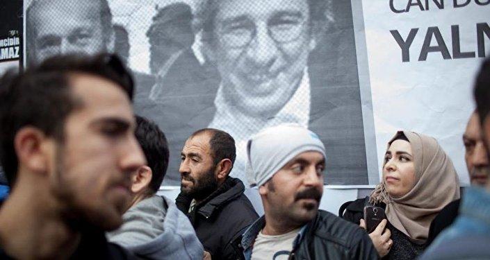 Les gens devant un poster de Can Dündar (G) et Erdem Gül (D)