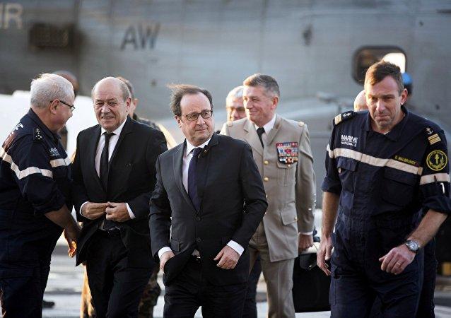 Une visite de François Hollande et Jean-Yves Le Drian sur le navire français Charles-de-Gaulle