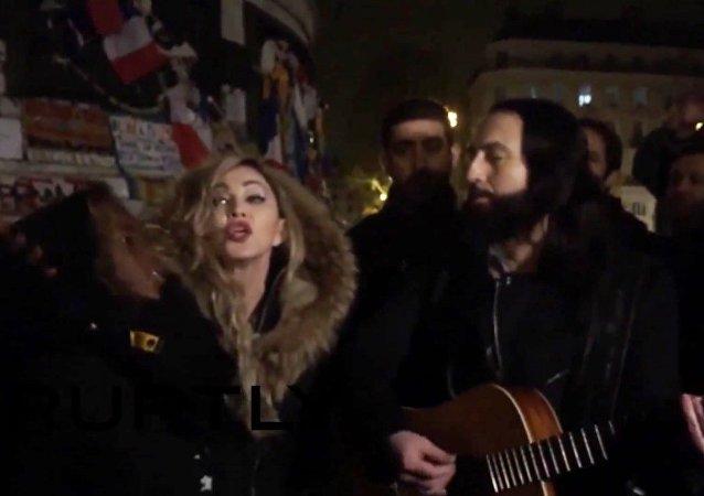 Madonna chante sur place de la République