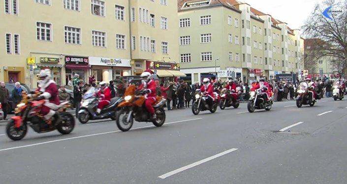 Des bikers Pères Noëls offrent des cadeaux aux enfants et aux pauvres