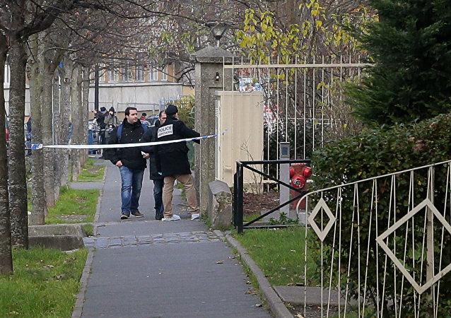 Police dehors de l'école maternelle à Aubervilliers