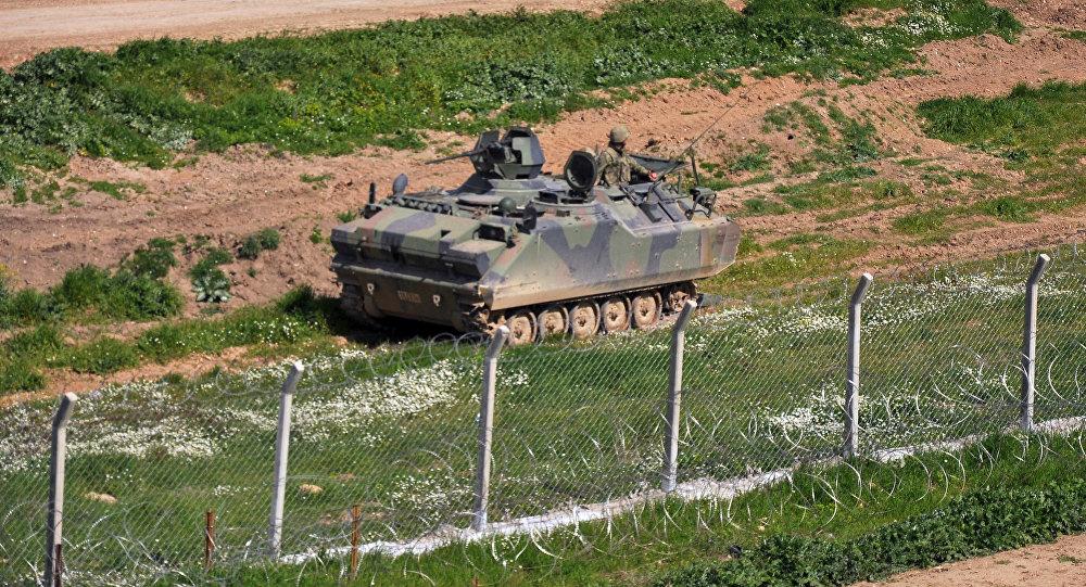 Un blindé turc à la frontière avec la Syrie