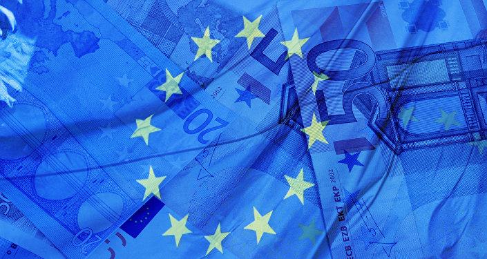 Billets de banque et drapeau de l'Union européenne