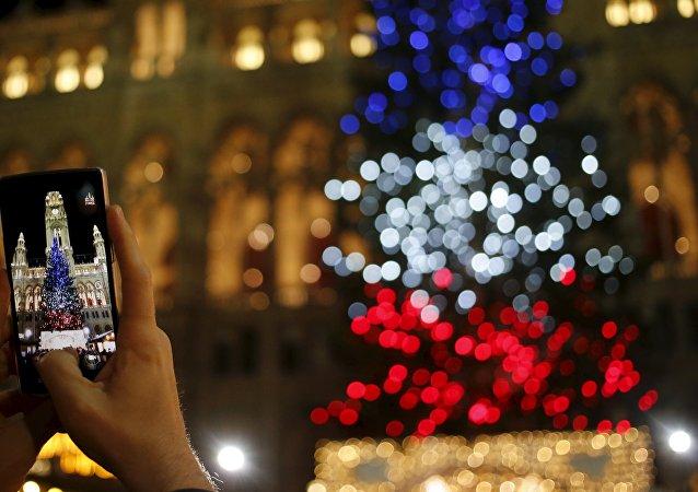 un arbre de Noël illuminé dans les couleurs du drapeau national de la France
