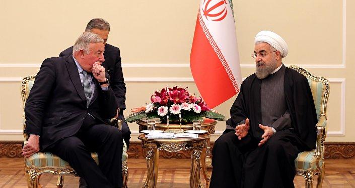 Le président iranien Hassan Rohani et le président du Sénat Français Gérard Larcher à Téhéran, Dec. 20, 2015.