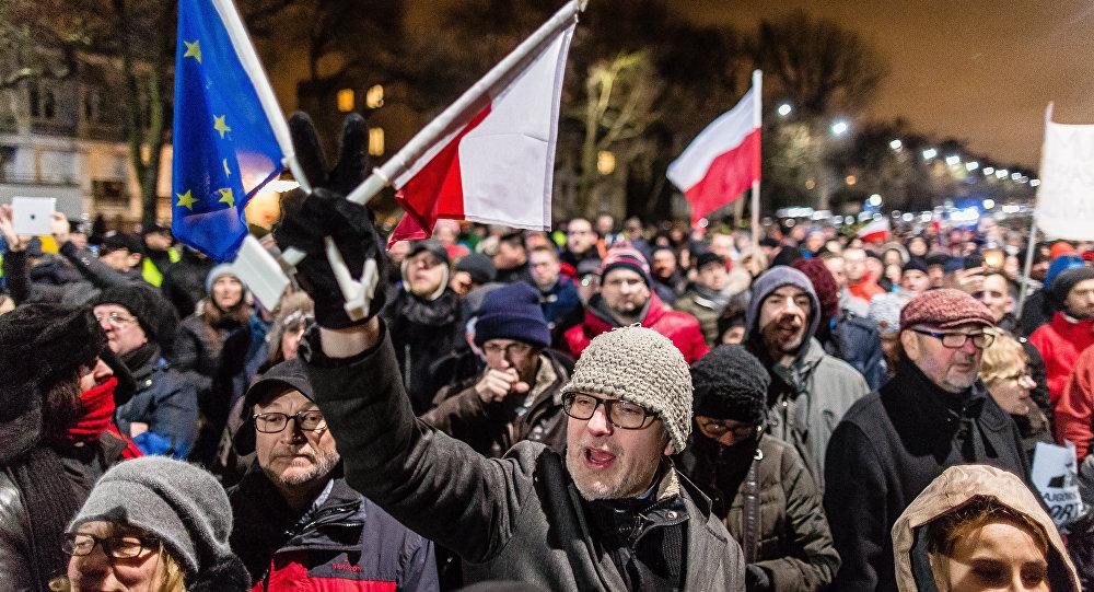 protestations dans les rues de Varsovie