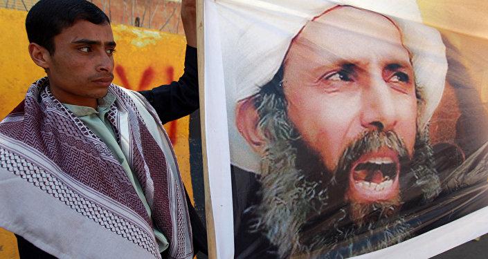 Un manifestant yéménite dénonce la condamnation à mort du cheikh chiite Nimr Baqer Al-Nimr devant l'ambassade saoudienne à Sanaa, en octobre 2014