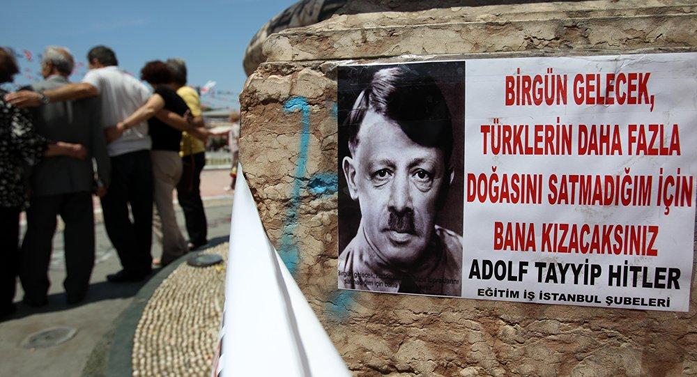 Recep Tayyip Erdogan représenté sous les traits d'Adolf Hitler. Juin 2013