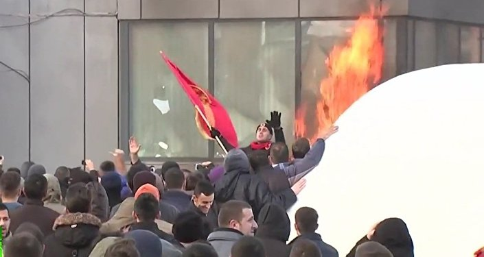 Kossovo: l'opposition dénonce avec violence un accord avec la Serbie