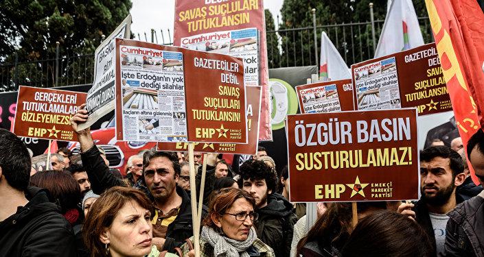 Les gens ont pancartes médias libres ne peuvent pas être réduits au silence