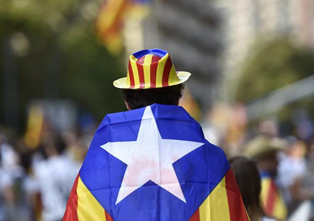 Un homme qui revient lors des célébrations de la Journée nationale de la Catalogne