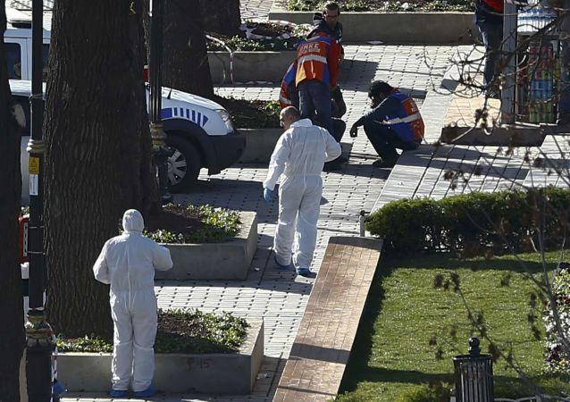 Des médecins légistes sur le lieu de l'explosion à Istanbul