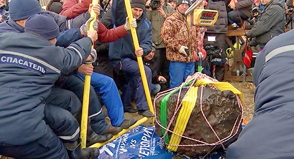 Météorite de Tcheliabinsk: un fragment géant extrait d'un lac