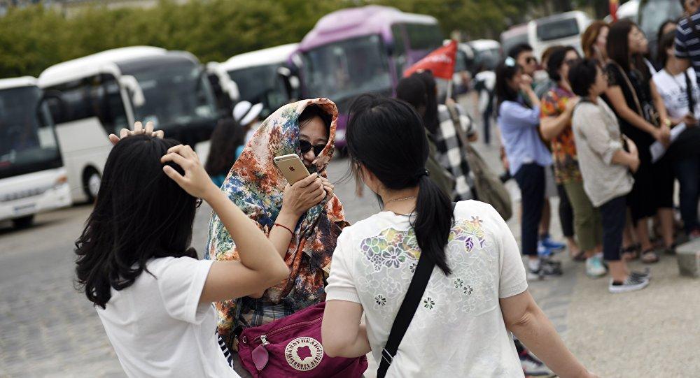 Des touristes chinois en France. Image d'illustration