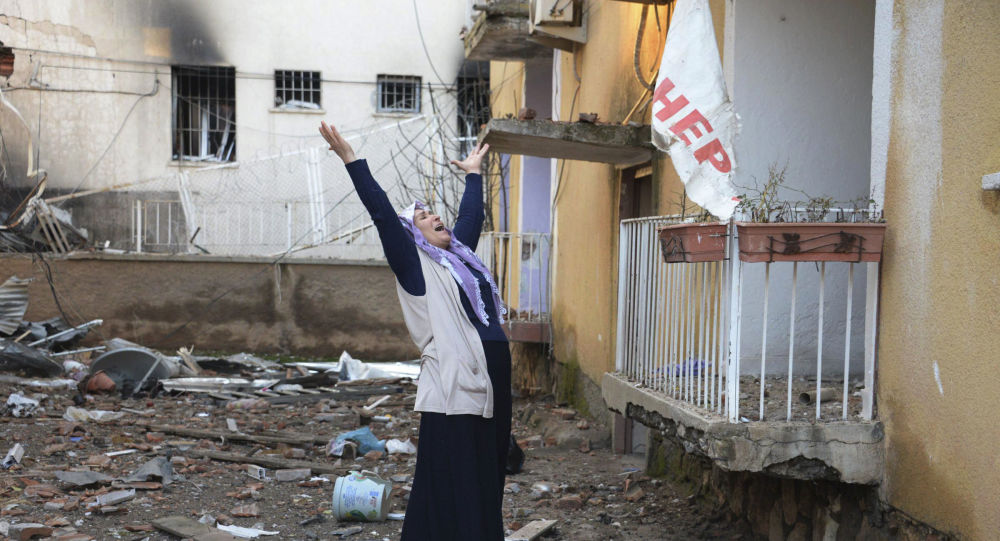 Une femme pleure devant un département de police de Diyarbakir
