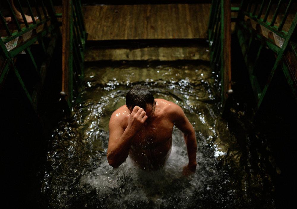 Théophanie: les Russes se baignent dans l'eau glacée