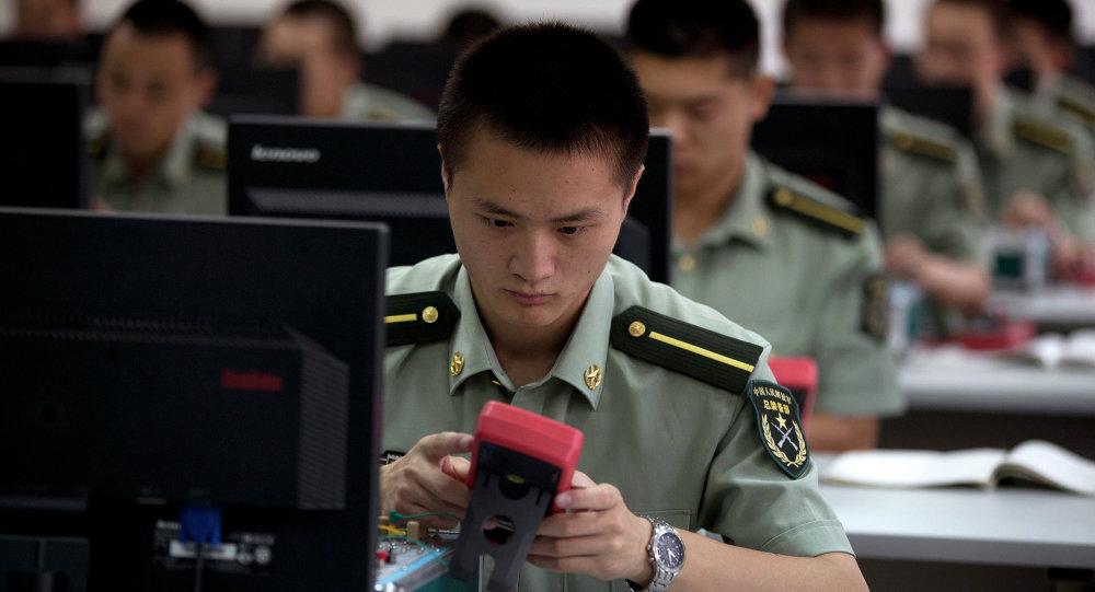 Des élèves officiers chinois suivent des cours de maîtrise informatique