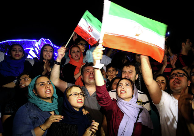 Des Iraniens dêtent à Téhéran la signature de l'accord nucléaire, le 14 juillet 2015