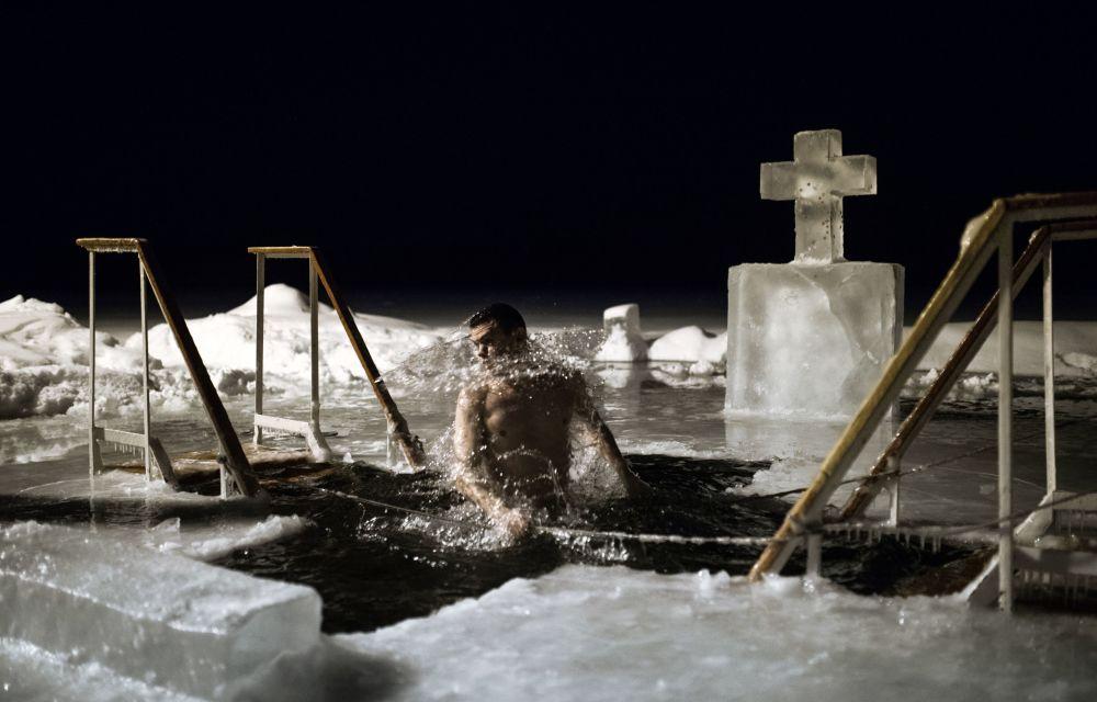 Russie : baignade en eaux glacés pour l'Epiphanie