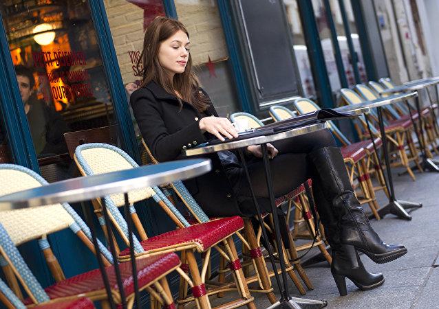 femme au café
