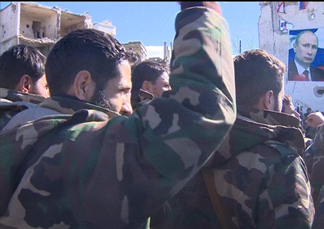 Les soldats syriens ont scandé «Assad! Poutine!» après la libération d'Ar Rabiyah