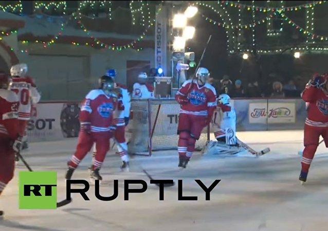 Le légendaire gardien de but Vladislav Tretyak a participé à la cérémonie.
