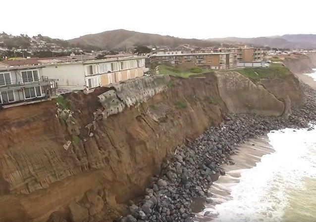 La maison qui glisse dans l'océan