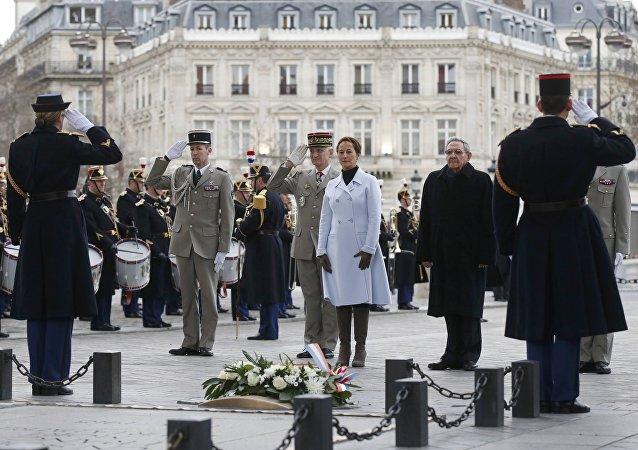 Raul Castro accueilli avec les honneurs à Paris, Feb. 1, 2016.